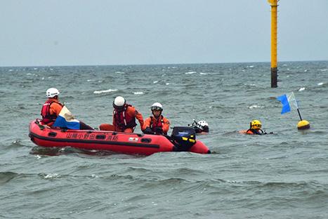 【写真】水難救助隊による潜水捜索及び救出訓練の様子