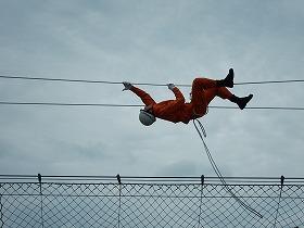 ロープブリッジ救出 ロープを渡る様子