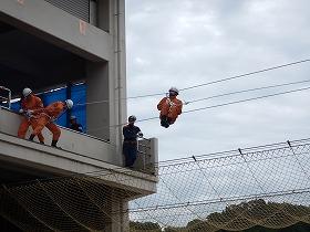 ロープブリッジ救出 要救助者を救助する様子