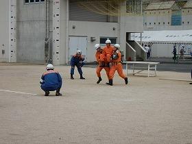 ほふく救出 要救助者を救助している様子
