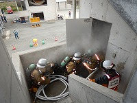 写真:模擬火災建物の火点室内へ隊員が進入している様子