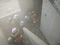 写真:模擬火災建物の火点室内で負傷した隊員を救出している様子