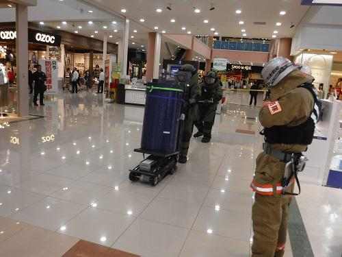 山口県警察本部警備部機動隊が爆発物を処理している様子