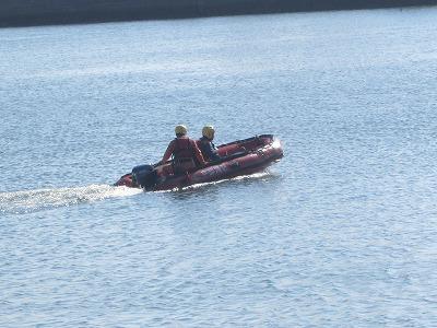 【写真】ボートを操縦する様子