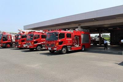 施設見学で消防車両を展示している様子