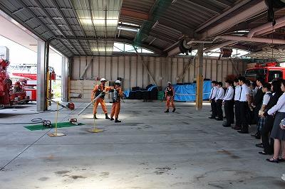 施設見学で救助隊員が器具の展示をしている様子