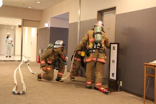 署員による消火訓練の様子