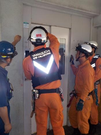 【写真】エレベータードア解放訓練の様子