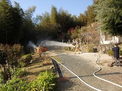 放水を実施している消防職員の様子