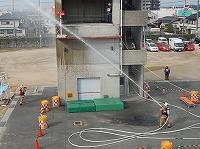 写真:隊員が放水している様子