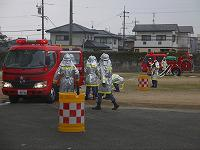 消防団員が中継送水訓練を実施している様子