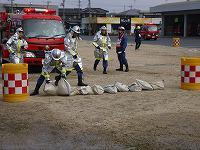 消防団員が活動障害の除去をしている様子