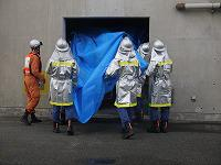 消防団員が水損防止活動をしている様子