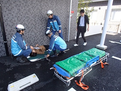 傷病者の応急手当に実施している様子
