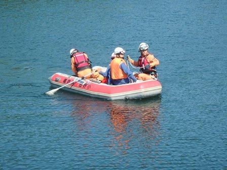 救命ボートの操縦訓練を実施している様子