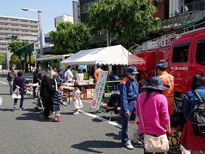 防火衣着装体験及び消防車展示の様子