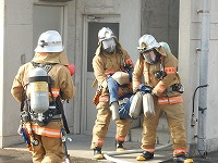 写真:隊員が逃げ遅れ者を救出している様子