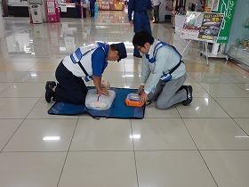【写真】ゆめタウン宇部従業員が訓練で心肺蘇生をしている様子