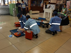 【写真】救急隊とゆめタウン宇部従業員との連携の様子