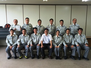 【写真】鶴田教授と受講した救急救命士の集合写真
