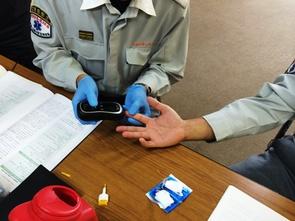 【写真】血糖測定の様子