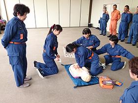 【写真】女性消防団員が訓練をしている様子
