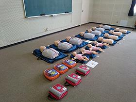 【写真】訓練人形とAED